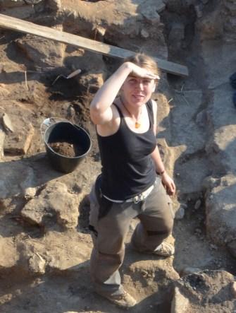 Miriam Steinborn bei der Ausgrabung in Caričin Grad/Serbien im Rahmen ihrer Promotion