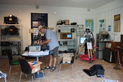 """Aufbau der Ausstellung """"90 Jahre Fernsehen"""" 2019 mit Leo-Pohl-Ecke"""